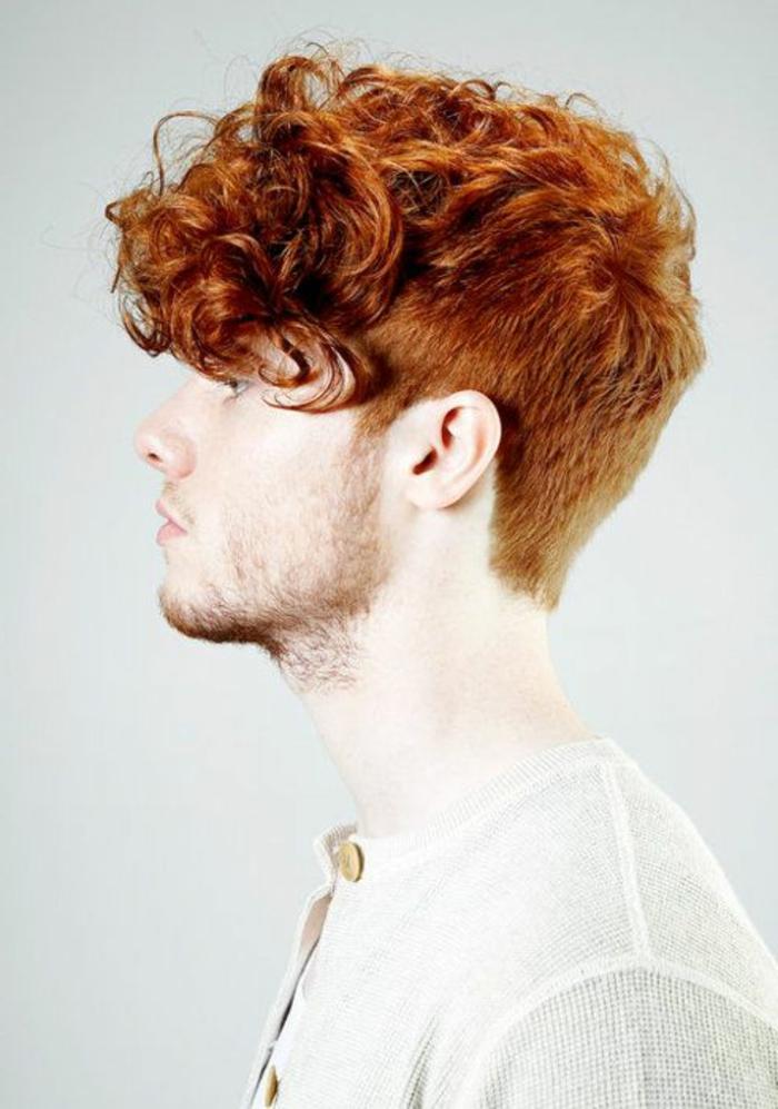 Taglio corto riccio per un uomo con i capelli di colore rosso, pettinatura banana con riccioli