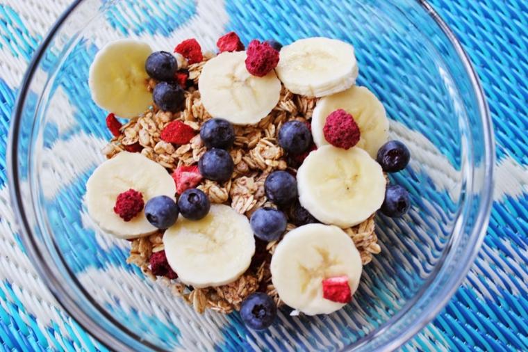 Colazione senza carboidrati e un esempio con ciotola di cereali con frutti di bosco e banana