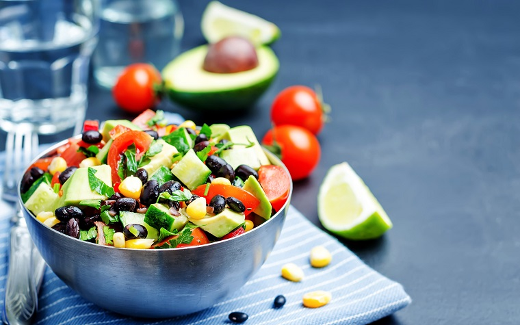 Dieta senza carboidrati e zuccheri e un'insalata con fagioli e verdure, condimento con succo di limone