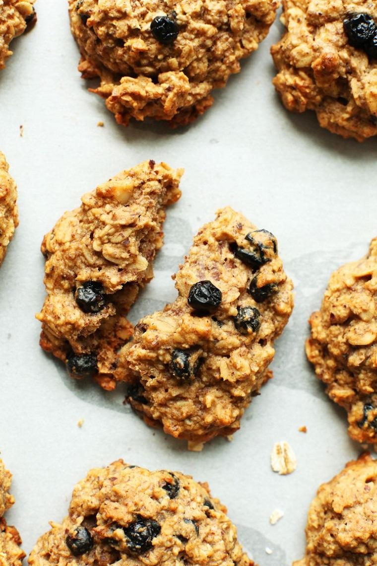 Esempio colazione sana con dei biscotti senza glutine e mirtilli secchi