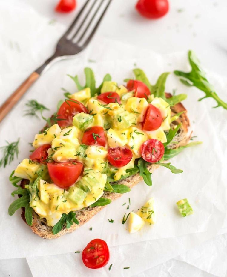 Cibi senza grassi e una proposta con bruschetta light di uova e pomodorini