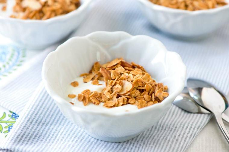 Esempio colazione sana con dello yogurt bianco magro e cereali in ciotola