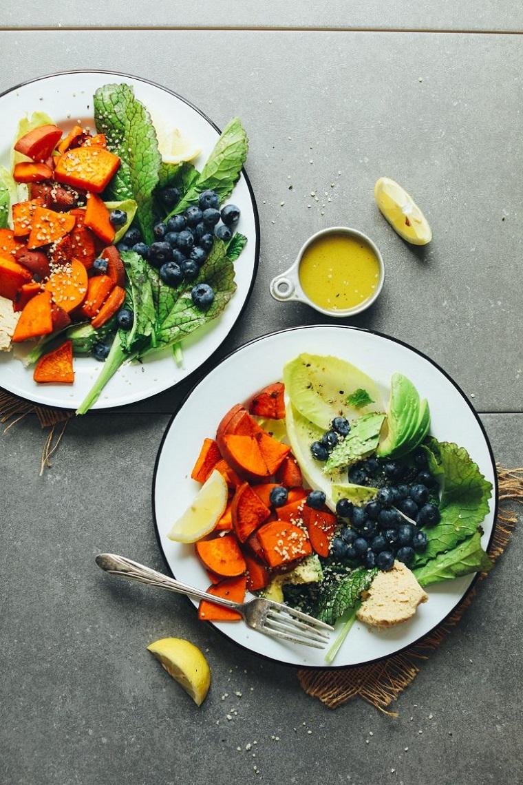 Frutta con meno zuccheri come i mirtilli, piatto con insalata e patata dolce a pezzettini