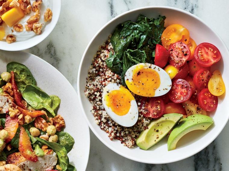 Cibi senza carboidrati e una proposta con quinoa e uova sode, contorno di pomodorini e avocado