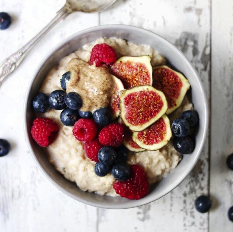 Idea per una colazione senza carboidrati con cereali, yogurt e frutti di bosco