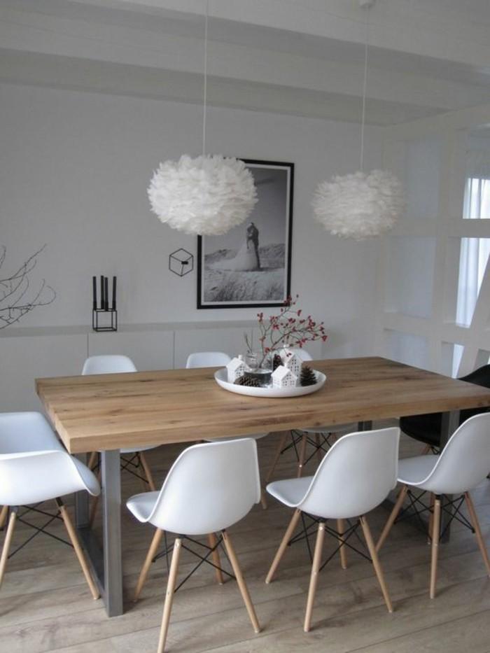 Idee per tinteggiare il salotto di colore bianco, tavolo da pranzo con sedie bianche di plastica