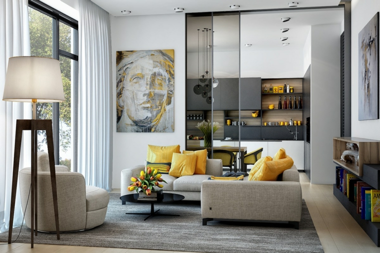 Salotti moderni e una proposta con divano grigio e cuscini gialli, cucina separata con una porta scorrevole di vetro