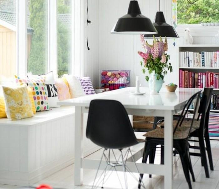 Saloni moderni e un'idea per la decorazione della sala da pranzo con fiori e cuscini colorati