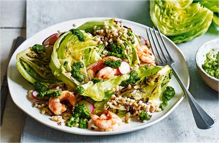 Cibi senza grassi e un piatto con scampi e un contorno di insalata mista