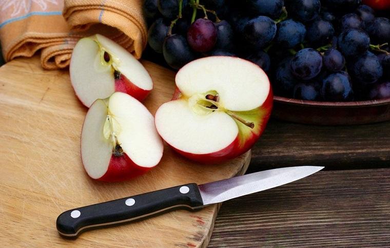 Frutta con meno zuccheri e una proposta della mela rossa tagliata a metà