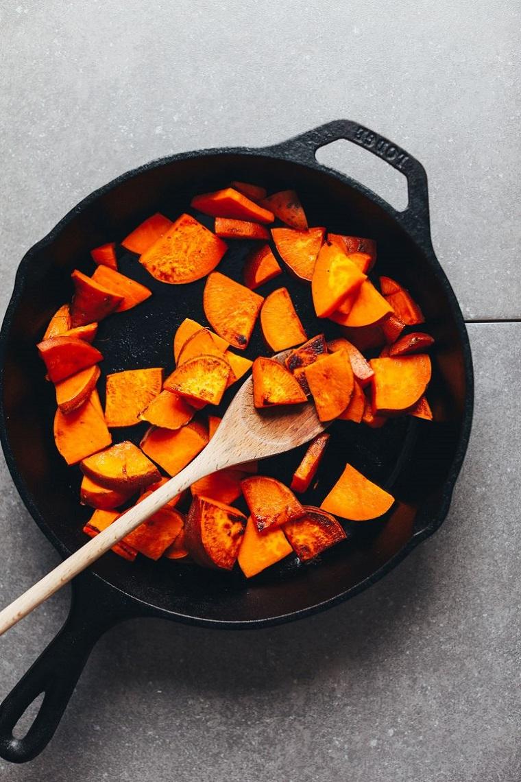 Alimenti che non contengono carboidrati come le patate dolci preparate in un tegame