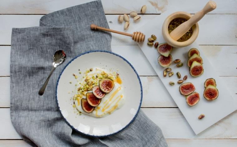 Esempio colazione sana e una proposta con fichi e pistacchi tritati finemente