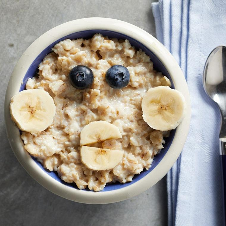 Colazione senza zuccheri e un'idea con cereali, frutti di bosco e pezzettini di banana
