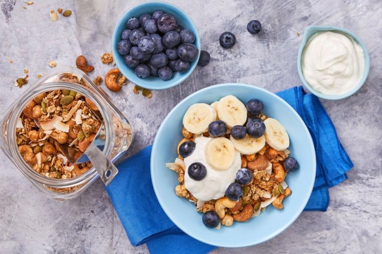 Dieta senza zuccheri e una proposta per la colazione con yogurt e frutti di bosco