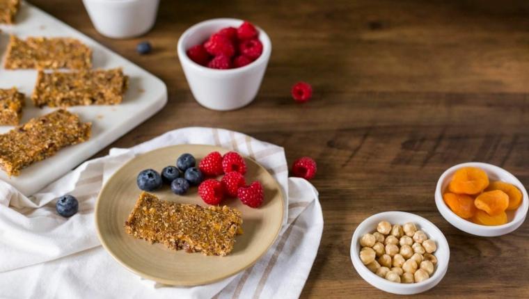 Esempio colazione sana con una barretta di cereali e frutti di bosco freschi