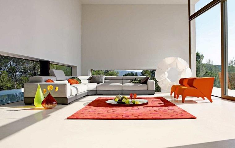 Saloni moderni e un'idea di arredamento con un divano bianco e tappeto rosso