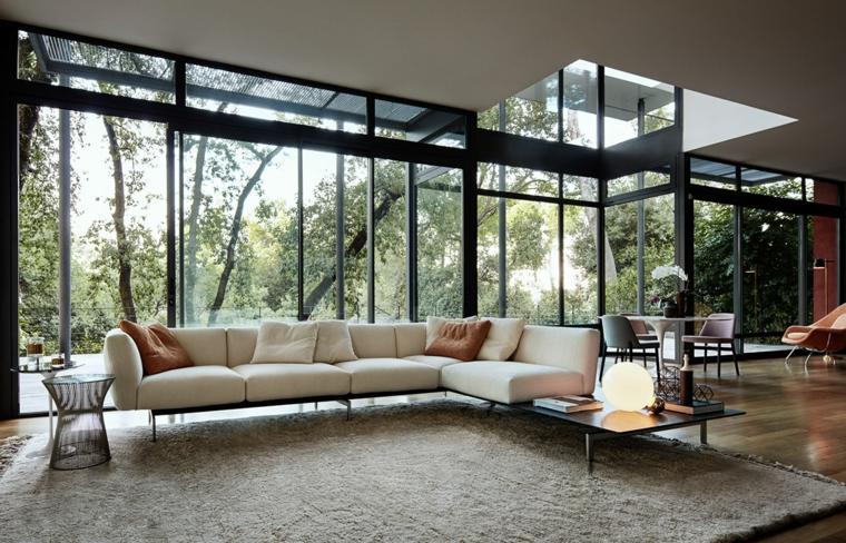 Arredare salotto e sala da pranzo insieme con un divano bianco e tavolino nero