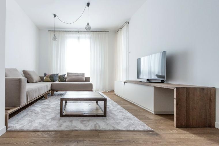 Mobili soggiorno moderni di legno nella tonalità di colore chiaro, tende bianche e lampadario a sospensione