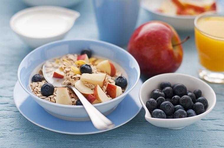Cibi senza grassi e una proposta per la colazione con cereali e frutta tagliata a pezzettini