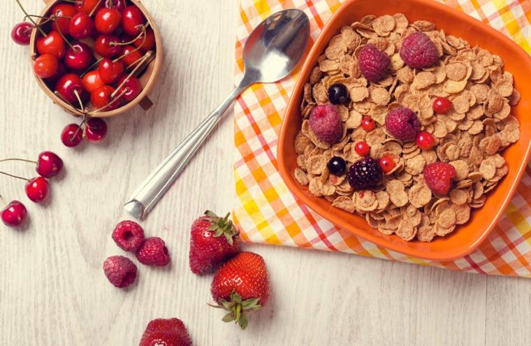 Colazione senza zuccheri e un'idea con cereali e frutti di bosco come aggiunta