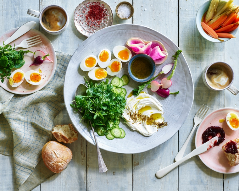 Ricette senza carboidrati e una proposta con uova e insalata mista, contorno di uova sode e ravanelli
