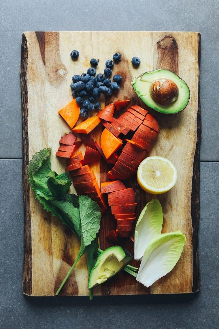 Ricette senza carboidrati e un'idea con ingredienti su un tagliere di legno tagliati a pezzi