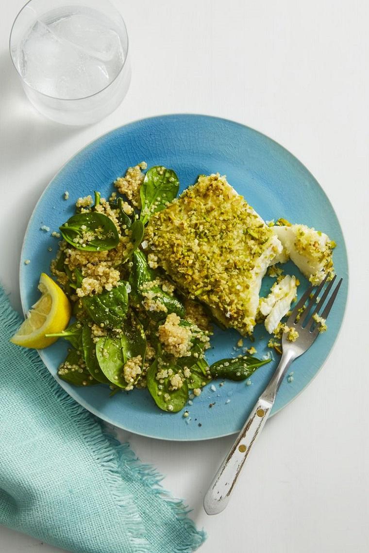 Cibi senza grassi e un piatto con del filetto di pesce impannato e verdura condita con del limone
