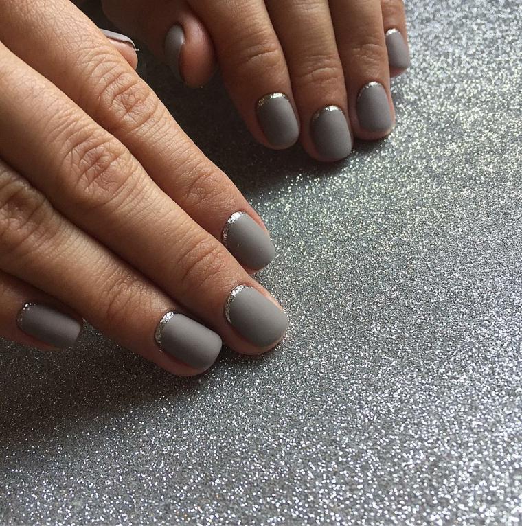 Unghie opache e corte di colore grigio con decorazione di una striscia  argento