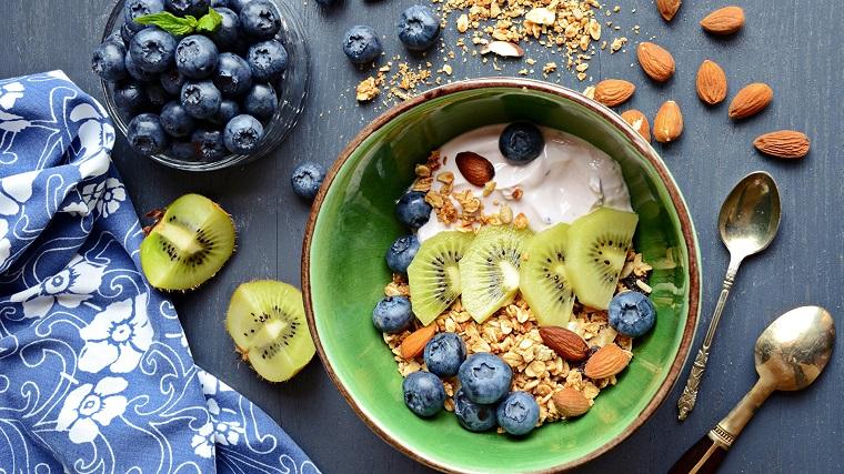 Dieta senza zuccheri e una colazione sana con frutti di bosco e yogurt magro