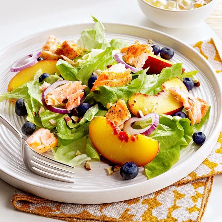 Dieta senza zuccheri e una proposta con insalata di verdura mista e pezzettini di pesca