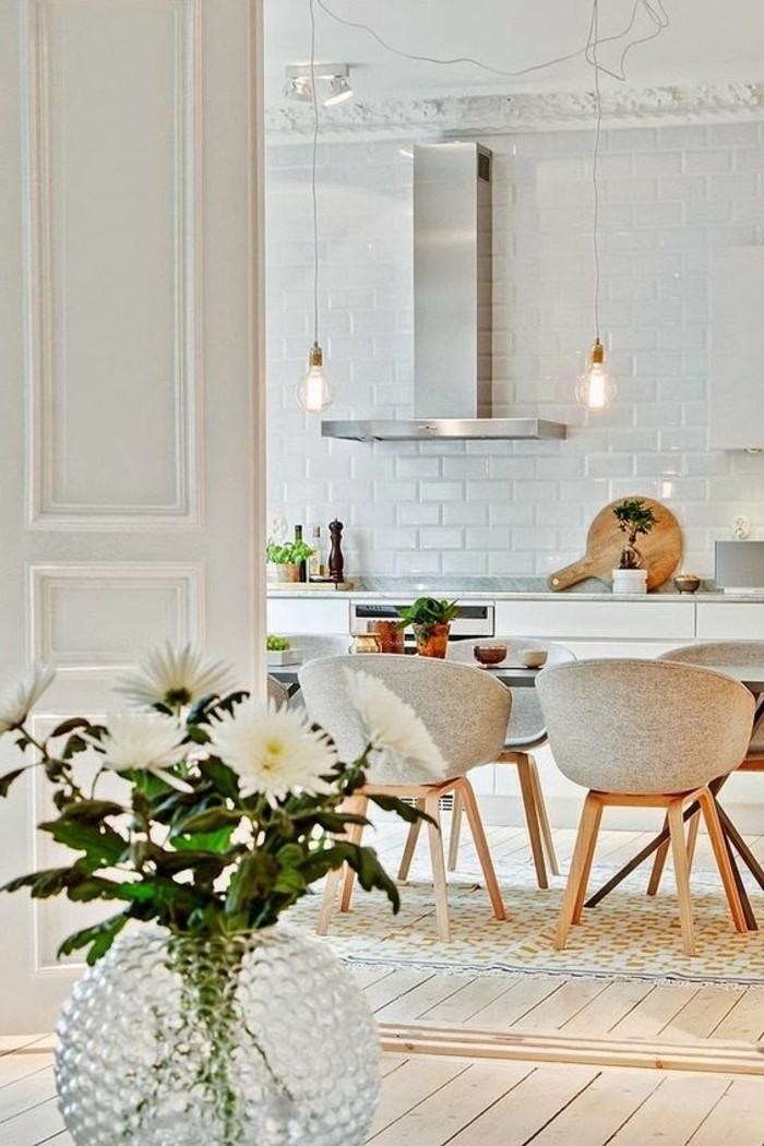 Mobili salotto moderni con un tavolo di legno e sedie di stoffa colore grigio