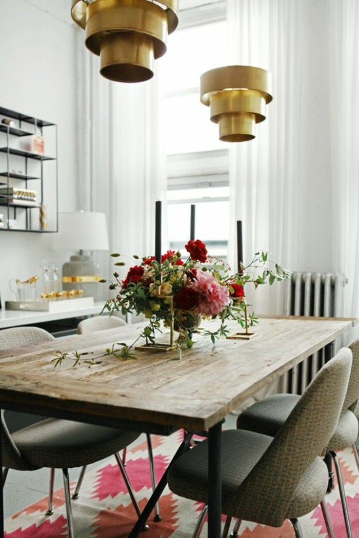 Sala da pranzo moderna e decorata con fiori freschi e candelabri