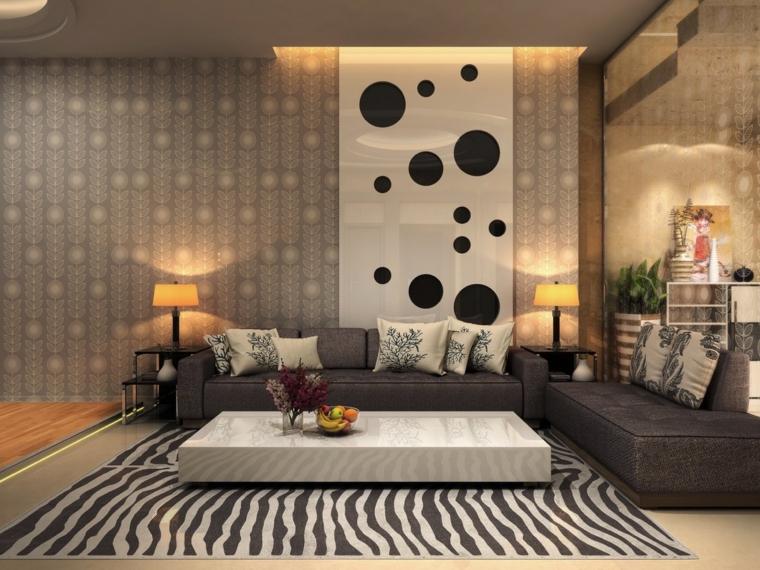 Salotto con un tavolino bianco laccato e tappeto a zebra, due divani con cuscini colorati