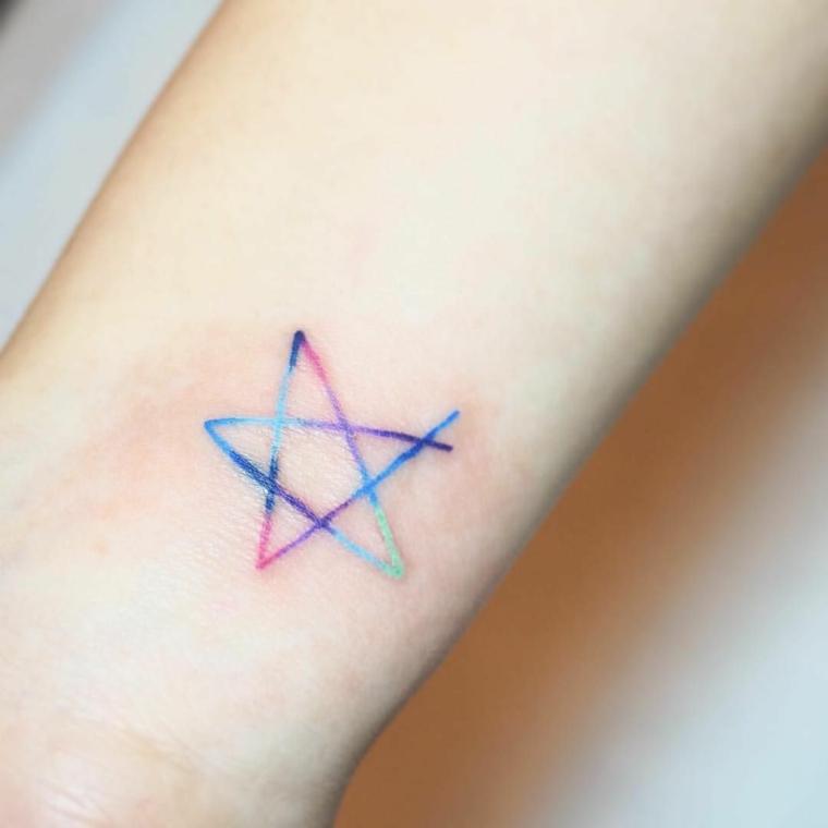 Tatuaggi stelle e un'idea con una piccola colorata disegnata a mano sul braccio