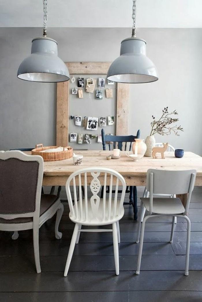 Sala da pranzo rustica con un tavolo di legno e sedie diverse