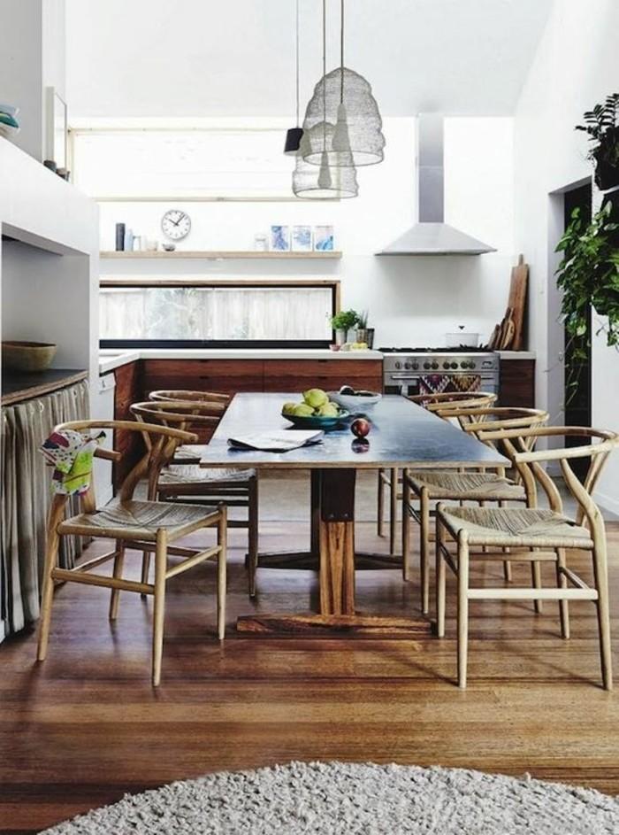 Saloni moderni e un'idea per arredare la sala da pranzo con un tavolo di legno e sedie in rattan