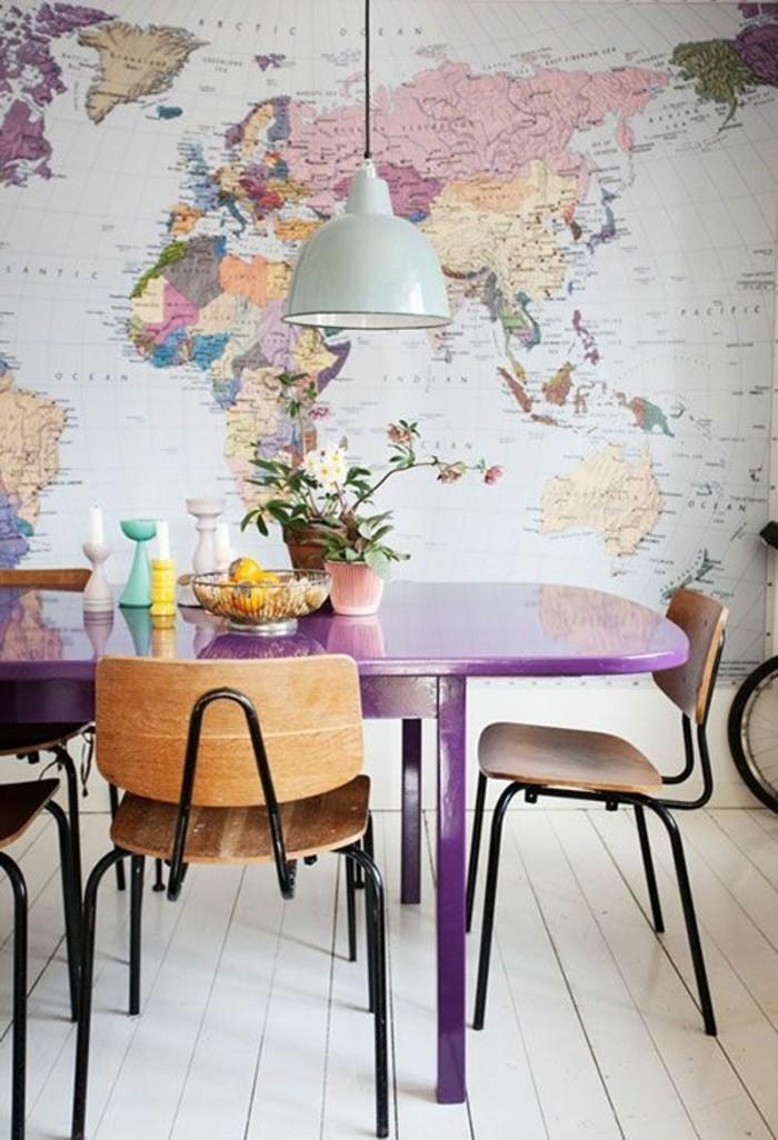 Idee per tinteggiare il salotto e decorare le pareti con carta da parati disegno mappamondo