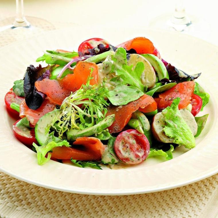 Dieta povera di carboidrati e un'insalata di filetti di salmone affumicato, pomodorini e insalata mista