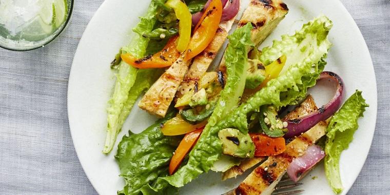 Dieta senza zuccheri e un'idea di insalata con lattuga e filetti di pollo tagliati alla julinne