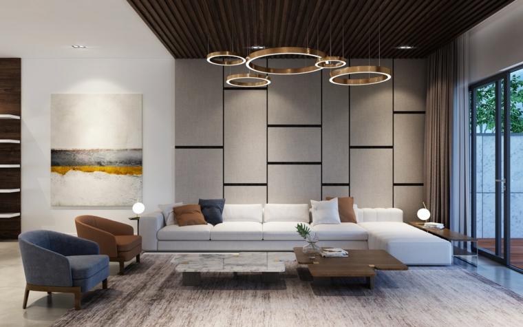 Soggiorno con un divano bianco e pavimento in legno parquet, lampadario di metallo cerchi