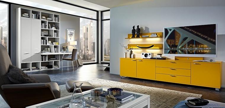 Esempi arredamento soggiorno con un mobile di colore giallo e mensole con strisce a led