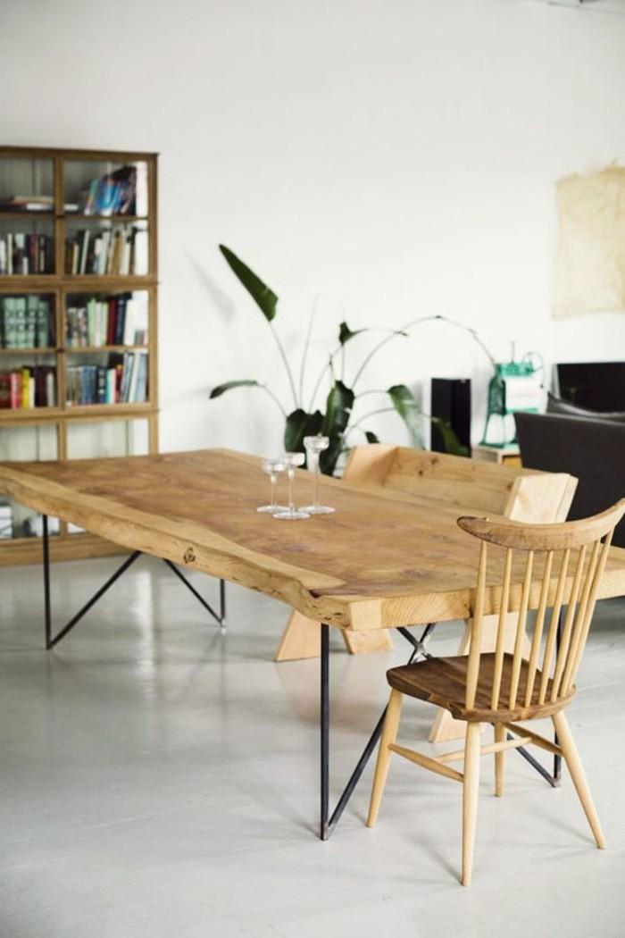 Sala da pranzo dal design moderno con un tavolo di legno e sedie rustiche