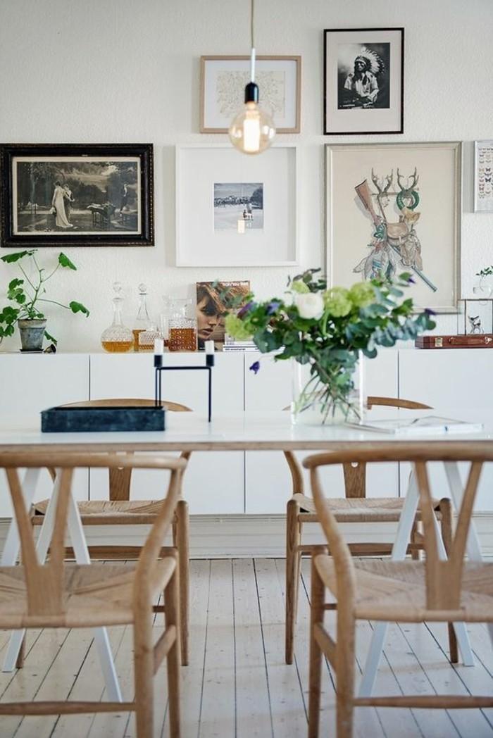 Saloni moderni e un'idea per la decorazione con fiori freschi in un vaso trasparente