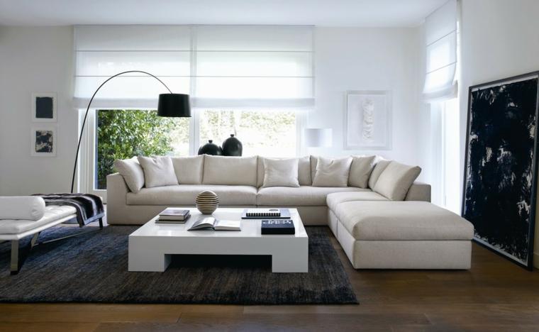 Saloni moderni e un'idea di arredamento con divano bianco di pelle e tavolino laccato con tappeto nero