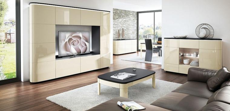 Mobili di colore beige e una superficie lucida, soggiorno con pavimento in legno e divano di pelle