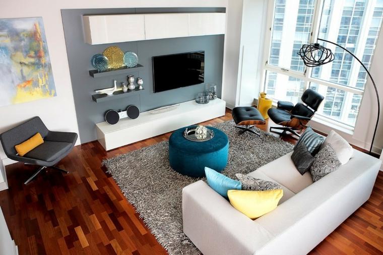 Pareti colorate soggiorno di grigio e bianco con quadri, mobile bianco sospeso e divano due posti di pelle