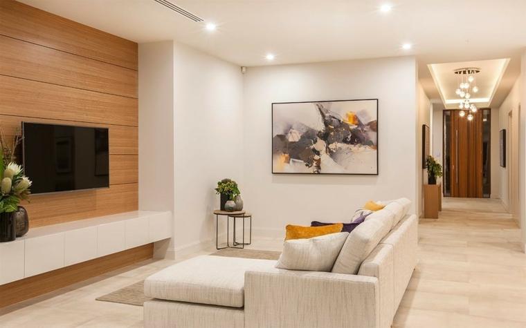 Soggiorni componibili e un'idea di arredamento con divano grigio imbottito e mobile bianco laccato