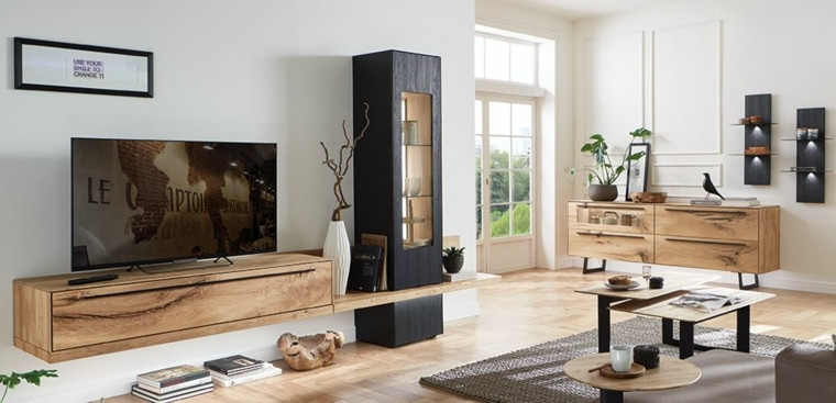 Soggiorno con un arredamento moderno e mobili di legno bicolore, tavolini bassi e decorazioni da parete