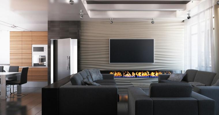 Soggiorno con un camino moderno e tv appesa alla parete, due divani con poltrona e tavolino basso da caffè