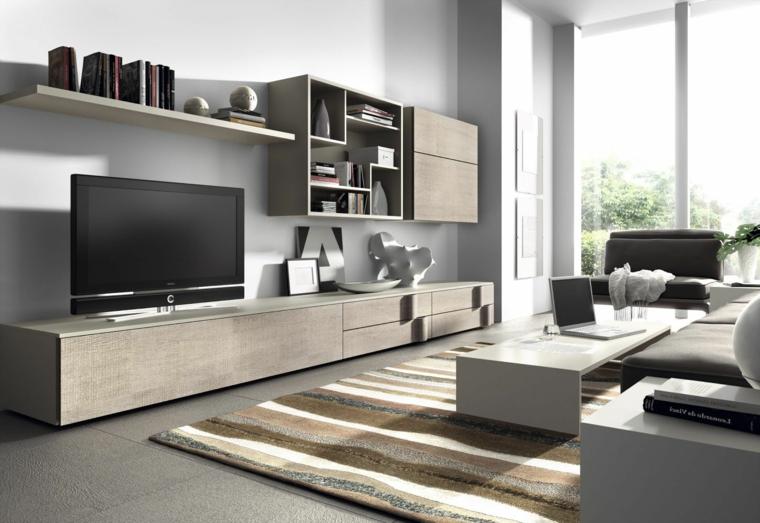 Salotto con divano e tavolino basso di colore bianco con parete attrezzata abbinata con mensole e scaffali
